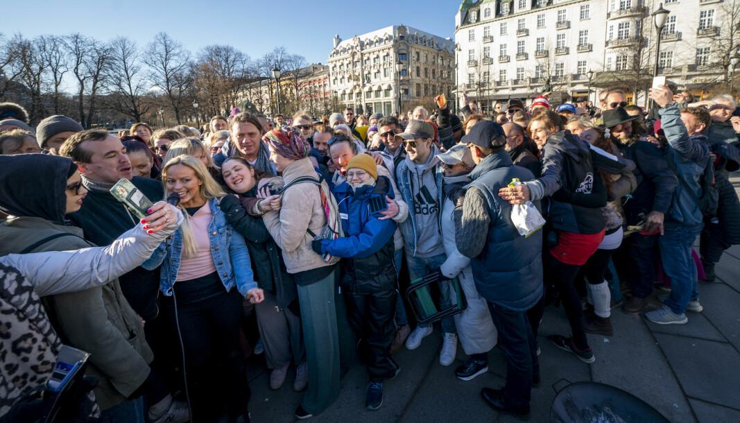 Gruppeklem under koronaskeptikernes markering utenfor Stortinget i april i år. Markert med rød sirkel er programleder og arrangør Ann Helen Gjermundsen.