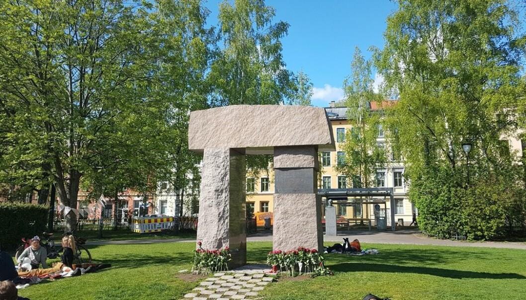 LO i Oslo, ved Nina Skranefjell, regionsekretær Handel og kontor i Norge, holdt tale ved Spaniamonumentet og la ned blomster.