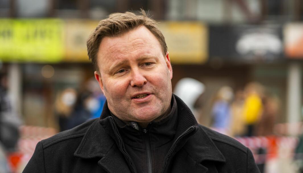 Assisterende helsedirektør Espen Rostrup Nakstad, understreker at utendørs samvær også forutsetter at man holder god avstand og følger smittevernreglene.