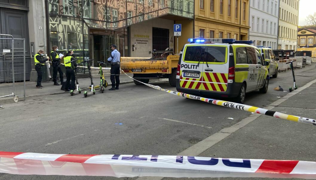 Politi på stedet i Osterhaus gate i Oslo sentrum, der en person skal ha blitt knivstukket søndag morgen. Foto: Jonas Berge / NTB