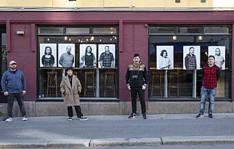 Vinduene til Mysterud bar på Sagene og BD57 på Grünerløkka er fylt med fotoer av permitterte fra utelivet