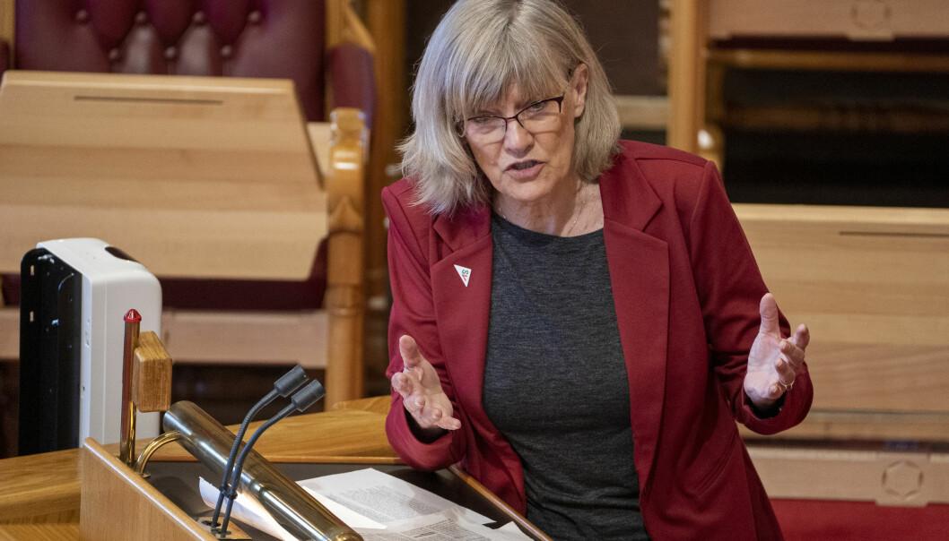 SVs Karin Andersen sier hun har ryddet mange sparkesykler på sine gå- og løpeturer i Oslo. Nå har hun stortingsflertallet bak seg for en ny lov som skal få mer orden på sakene.