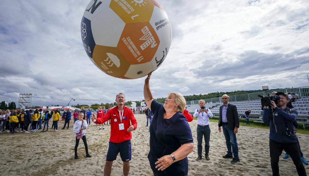 Norway Cup-general Pål Trælvik (i rødt) er avhengig av lettelser fra statsminister Erna Solberg (H) om årets turnering skal kunne gjennomføres.