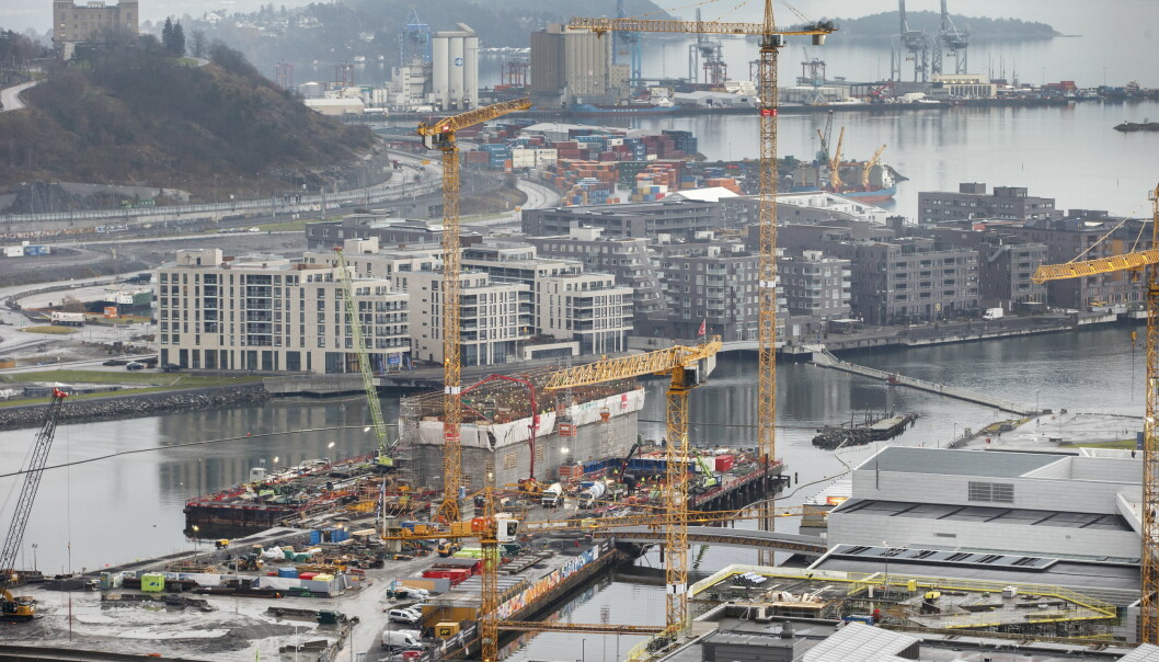 Før det nye Munchmuseet reiste seg i all sin grå velde satte heisekranene farge på utsikten fra Oslo Plaza mot de grå nybyggene på Sørenga. Bildet er tatt i 2016.