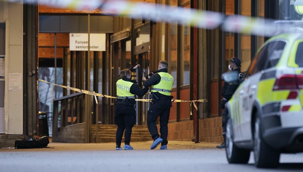 Ifølge politiet skal ikke 17-åringen være livstruende skadd. Her er politiet på plass der knivstikkingen skal ha skjedd ved Trygve Lies plass bak Furuset senter.