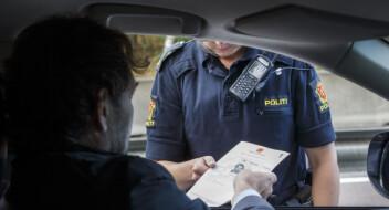 Legen ble så sint over fartsbot at han forfulgte politibilen fra Alnabru til Majorstua. Der kalte han betjentene for rasister