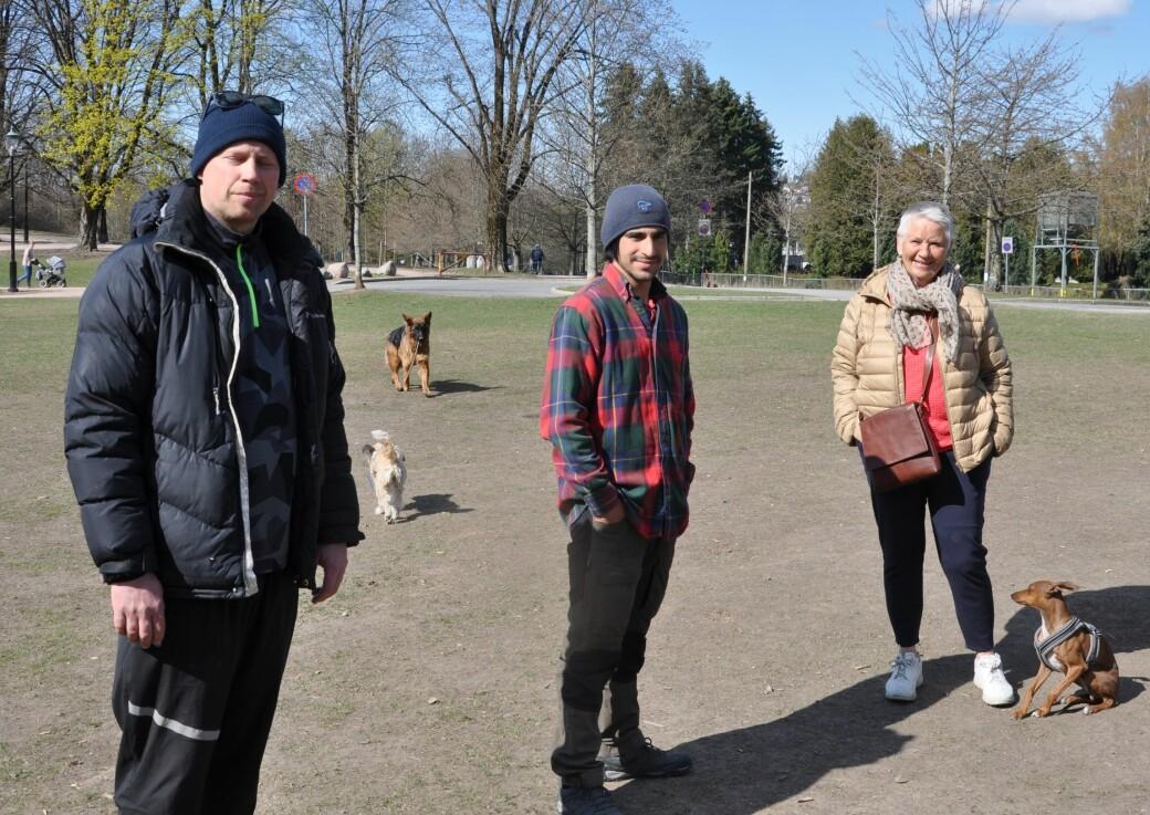 — Vi var klar over flyttingen, men er jo bekymret for hva som skjer med hundejordet, sier Kirsti Røvig (til h.) sammen med Johan Toftdahl (i midten) og Anders Wigbring.