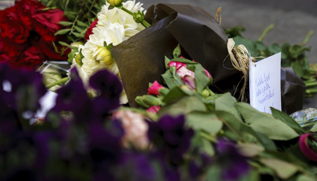 Det er lagt ned blomster der en 51 år gammel kvinne ble skutt og drept onsdag i forrige uke. Foto: Torstein Bøe / NTB