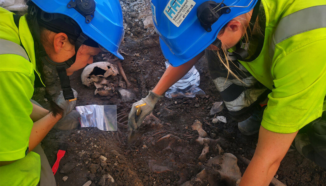 Her graver arkeologene Solfrid Granum og Tone Bergland et av tre skjeletter som kan stamme fra en massegrav.