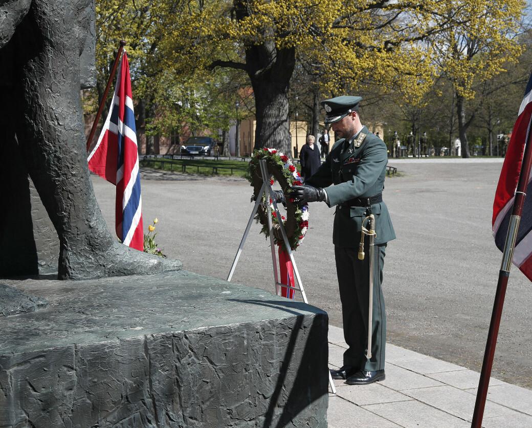 Kronprins Haakon legger ned en krans på Nasjonalmonumentet på Akershus festning under frigjørings- og veterandagen 8. mai 2021.