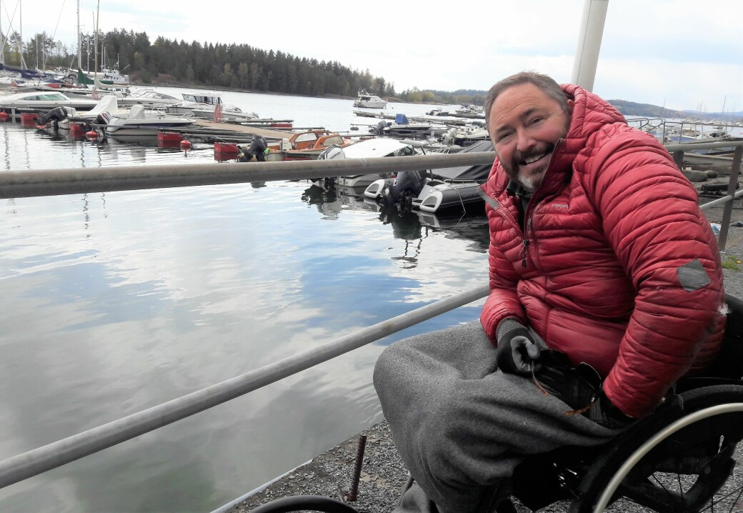 Her, rett nedenfor Strand restaurant kunne jeg helt til for få år siden se små stimer av torsk lete etter mat på grunt vann. Nå kommer det bare sjelden en torsk forbi, og den torsken er som regel stor, gammel og sliten, sier Jonathan Colman i NMBUs torskeprosjekt for Indre Oslofjord.