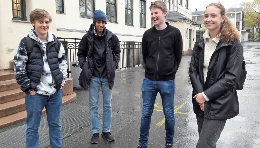 Det er god stemning på Bjølsen. Fra venstre Jonatan Lindboe, Jacob Gulaid Pedersen, lærer Haakon Hylen og Hedda Marcelius