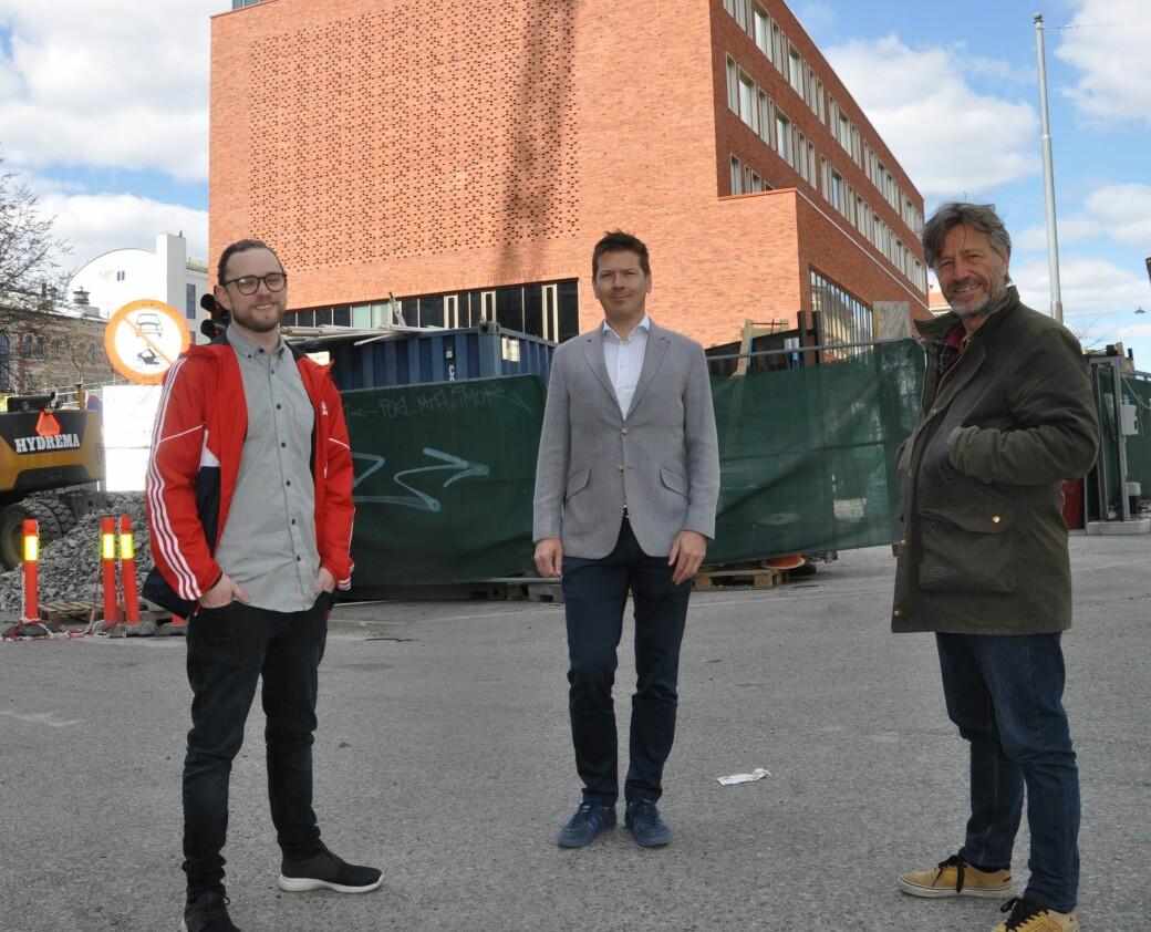 Nye Ruseløkka skole får åpen skolegård mot Ruseløkkveien. Nå vil Bjarne Lagesen (Ap), FAU-medlem Kristian Moe og (til h.) Nicolay Lange-Nielsen (MDG) ha gaten stengt før skolestart til høsten.