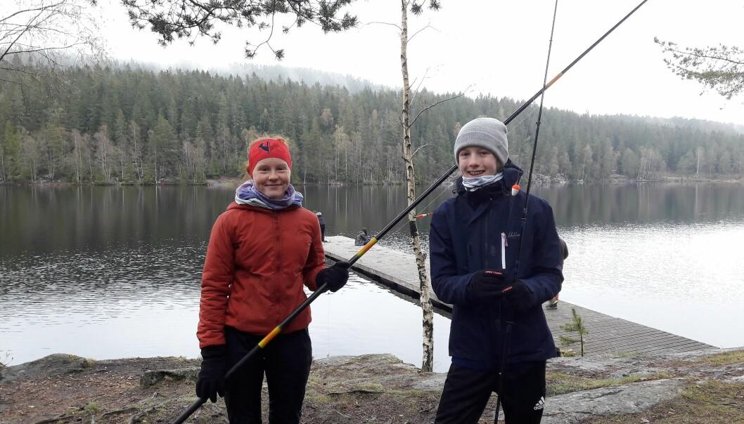 Tuva Lindvik (til venstre) og Lotte Bakke hadde håndtert en fiskestang før, og sett seg ut en fristende fiskeplass før fisket startet