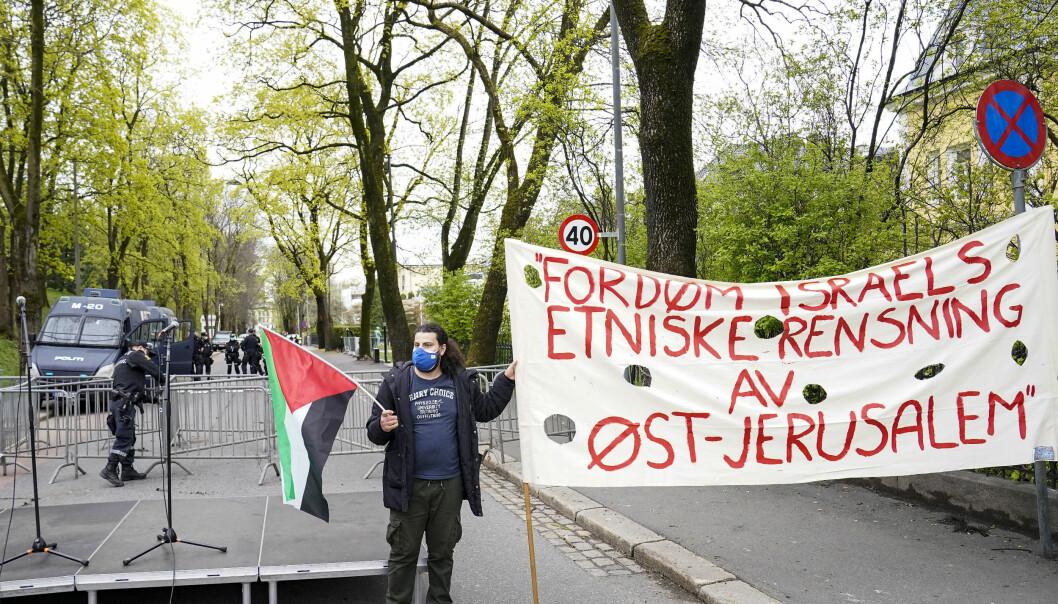 Palestinakomiteen og Fellesutvalget for Palestina arrangerte demonstrasjonen mot Israel ved ambassaden i Parkveien.