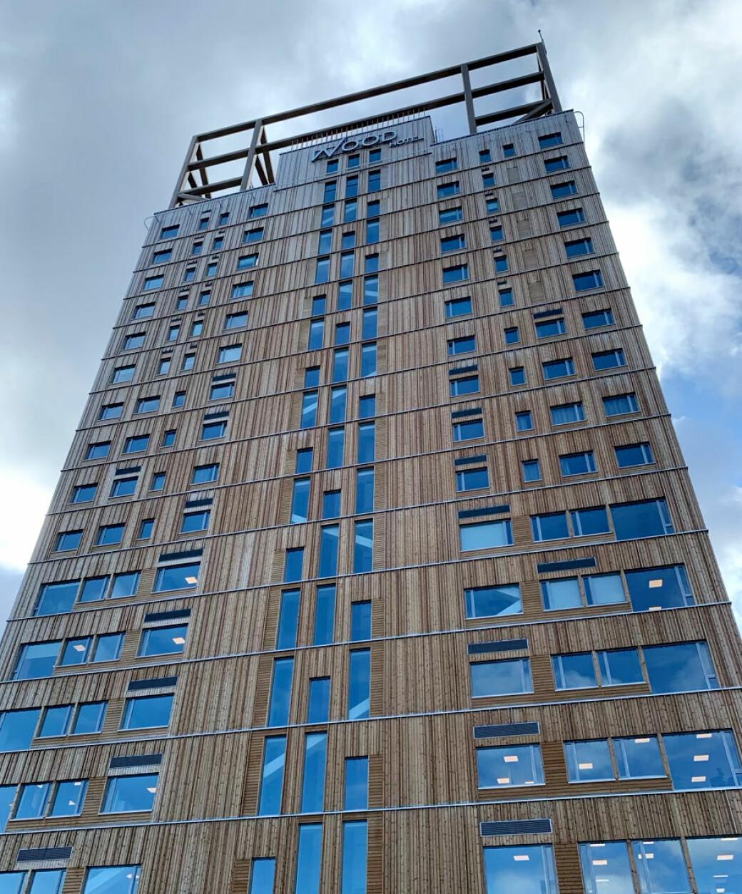 Mjøstårnet huser Wood Hotel, kontorer, svømmehall, restaurant og leiligheter. Det 87 meter høye bygget er verdens høyeste trehus og ligger ved Mjøsas bredder i Brumunddal.