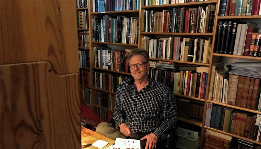 — Det har tatt vinter og vår å få oversikt og orden på bokstablene og hyller fra gulv til tak, fulle av bøker i alle kategorier, forteller Nils E. Sørgaard, som nå har ryddet seg på plass bak det lille skrivebordet, der han tilbringer mange timer så og si hver dag.