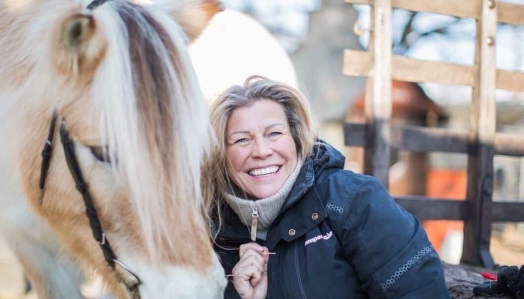 Gårdsbestyrer Heidi Tønnesen er veldig glad for midlene Kampen barnegård har fått av Sparebankstiftelsen. Her er hun sammen med Blakken, gårdens eldste hest. Han er hele 32 år gammel. Foto: Maria Sivertsen