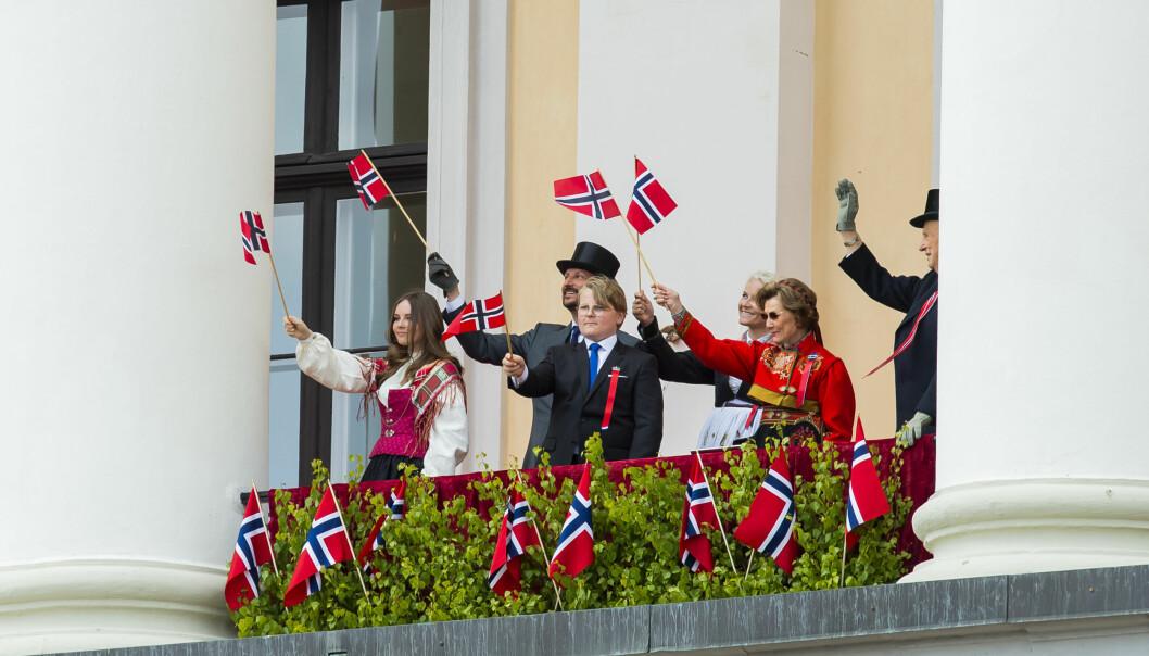 Også i fjor fikk Slottet unntak fra smittevernreglene for arrangementet på Slottsplassen. Her vinker kongefamilien fra Slottsbalkongen.