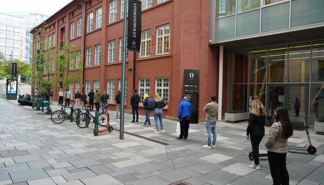Lang kø utenfor utsalget til Vinmonopolet på Aker Brygge.