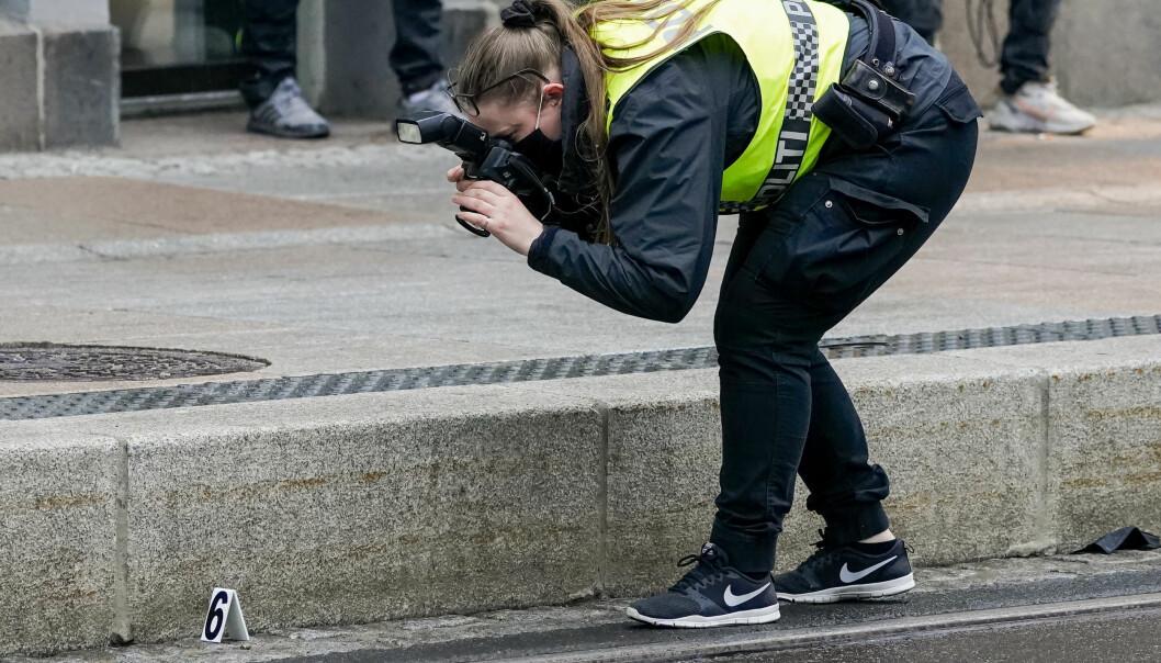 Politiet sikrer bevis på stedet.
