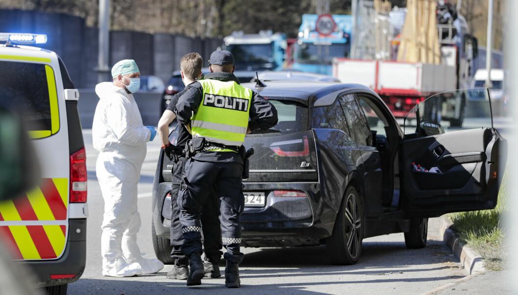 Politi på stedet der 39-åringen, som er siktet for drapet på Fevziye Kaya Sørebø (51) på Frogner i Oslo, ble pågrepet onsdag for to uker siden.