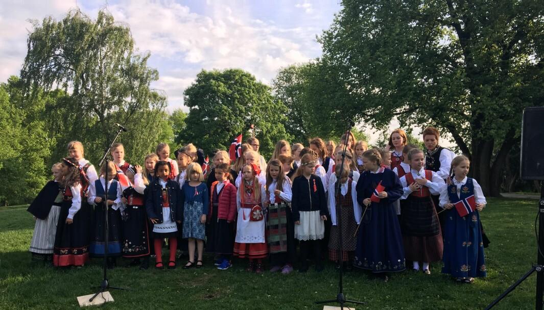 Det er første gang jentekoret er med på et offisielt, nasjonalt arrangement 17. mai. Her synger de i Stensparken.