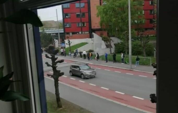 Dette bildet er tatt av en nabo ut av vinduet i Åsengata. Køen gikk rundt hjørnet og hele veien bort til hovedinngangen til Sandakersenteret. Foto: Privat