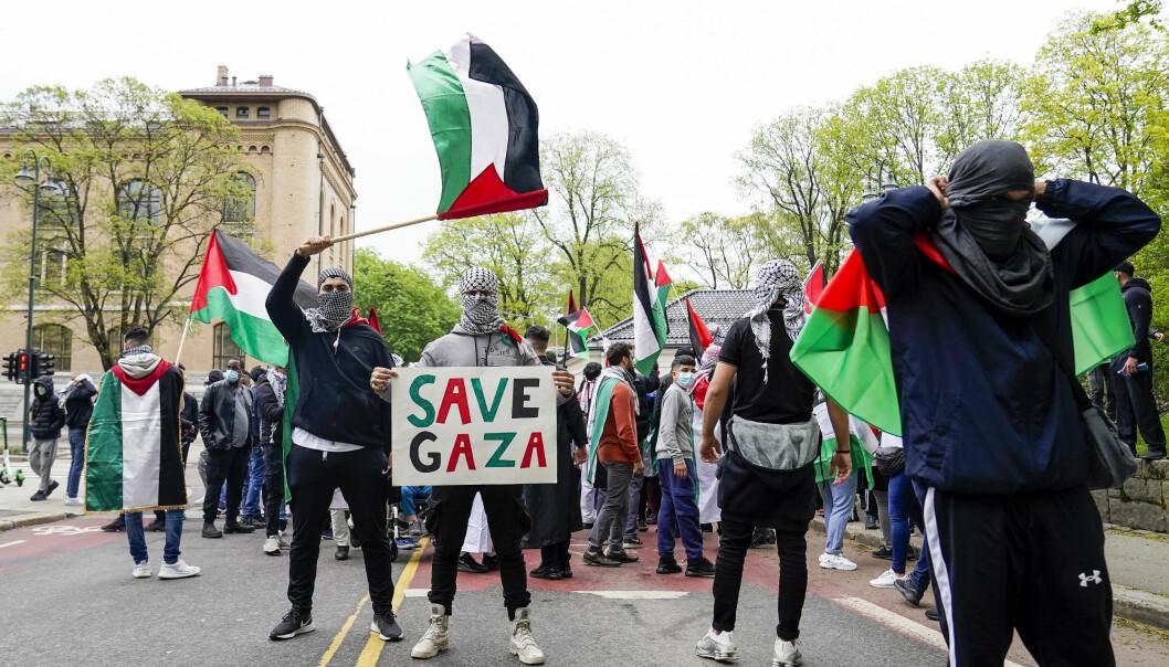 Også fredag var det en markering til støtte for Palestina i Oslo sentrum. Lørdag fant markeringen sted på Eidsvollsplass, og en gruppe beveget seg etterpå til Israels ambassade. Foto: Torstein Bøe / NTB