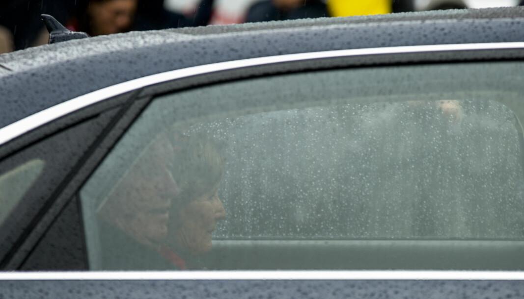Kong Harald og dronning Sonja kjører forbi Sagenehjemmet under 17. mai feiringen.
