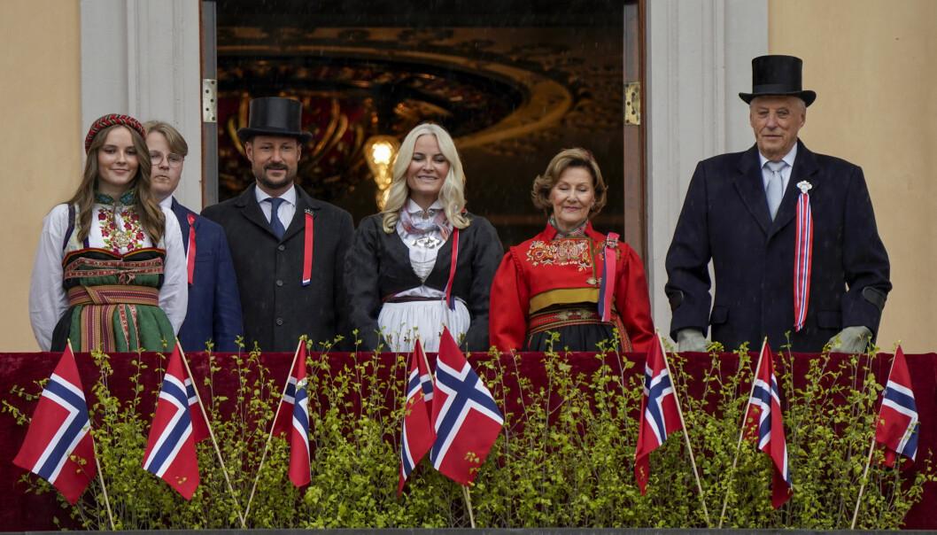 Kong Harald, dronning Sonja, kronprins Haakon, kronprinsesse Mette-Marit, prinsesse Ingrid Alexandra og prins Sverre Magnus hilser til folket fra balkongen på Slottet under 17. mai feiringen.