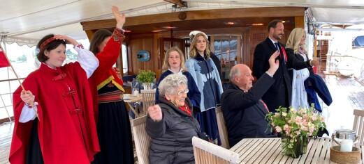 På dekk var dronning Sonja fotograf da kongefamilien hilste Oslo seilforenings båtkortesje