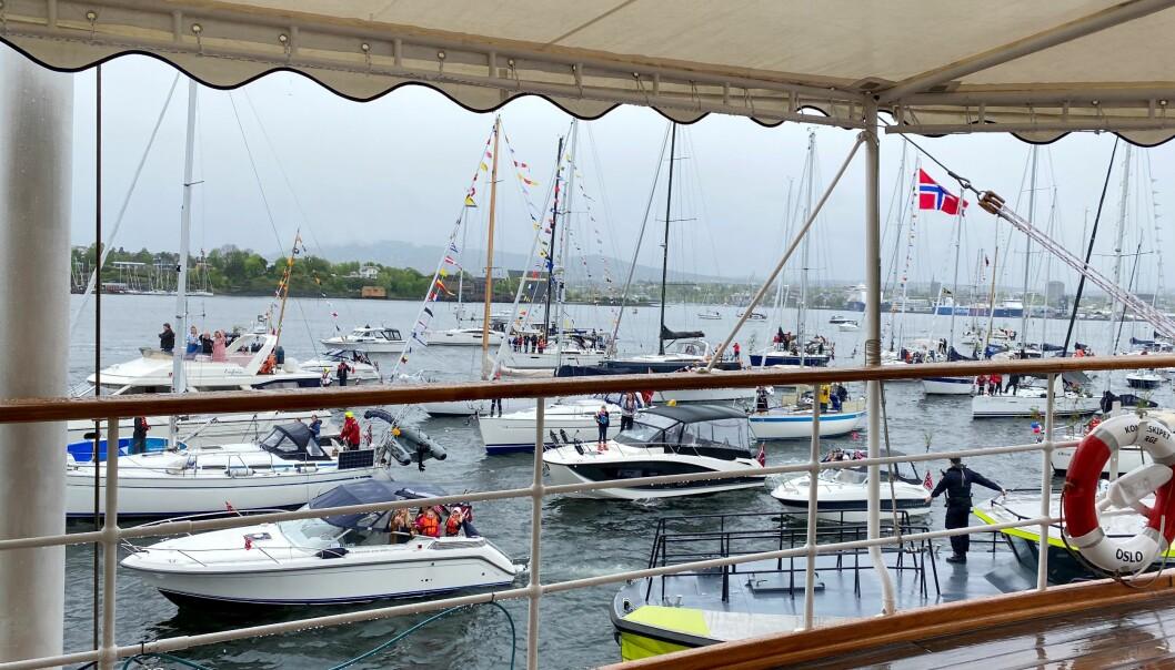 Slik opplevde dronning Sonja Oslo seilforenings båtkortesje gjennom kamera.