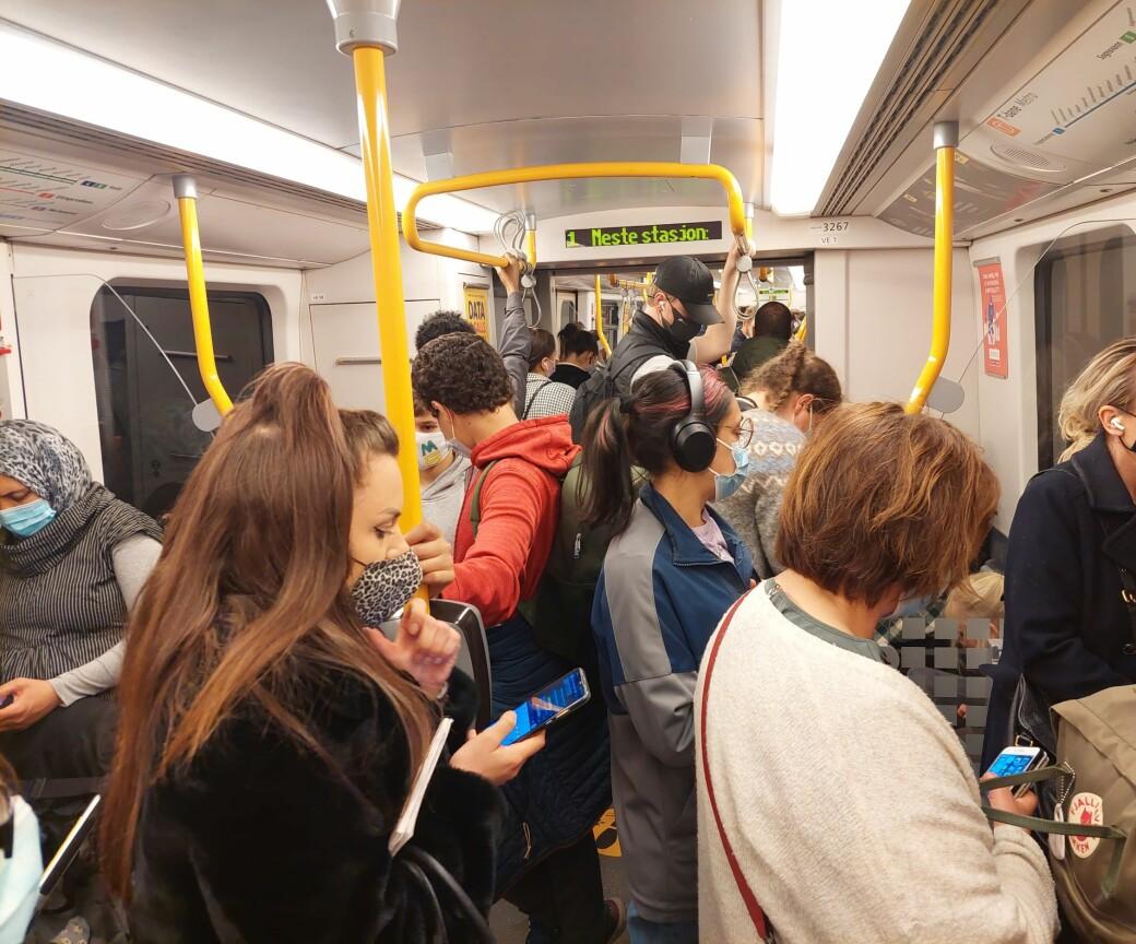 Slik så det ut på T-banen i Oslo mens bystyret onsdag ettermiddag diskuterte gjenåpning av Oslo. Serveringssteder, museer, kinoer og teatre er fortsatt stengt. Samtidig står folk tett i tett i kollektivtrafikken.
