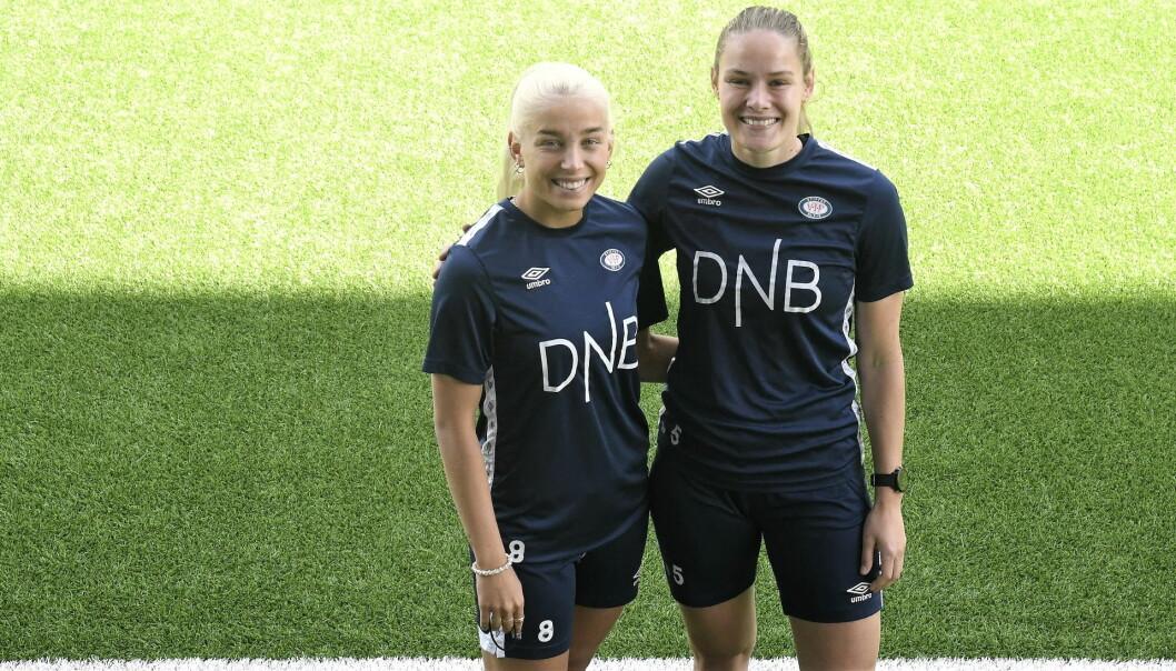 Vålerenga-spillerne Rikke Nygard (t.v) og Andrine Tomter er klare for å forsvare fjorårets seriegull når toppserien for kvinner sparkes i gang på Intility arena i ettermiddag.