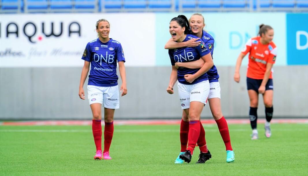 Dejana Stefanovic (i midten) og Celin Bizet Ildhusøy (t.v) var hovedpersonene bak Vålerengas 5-2-seier over Avaldsnes i lørdagens sesogpremiere i Toppserien.