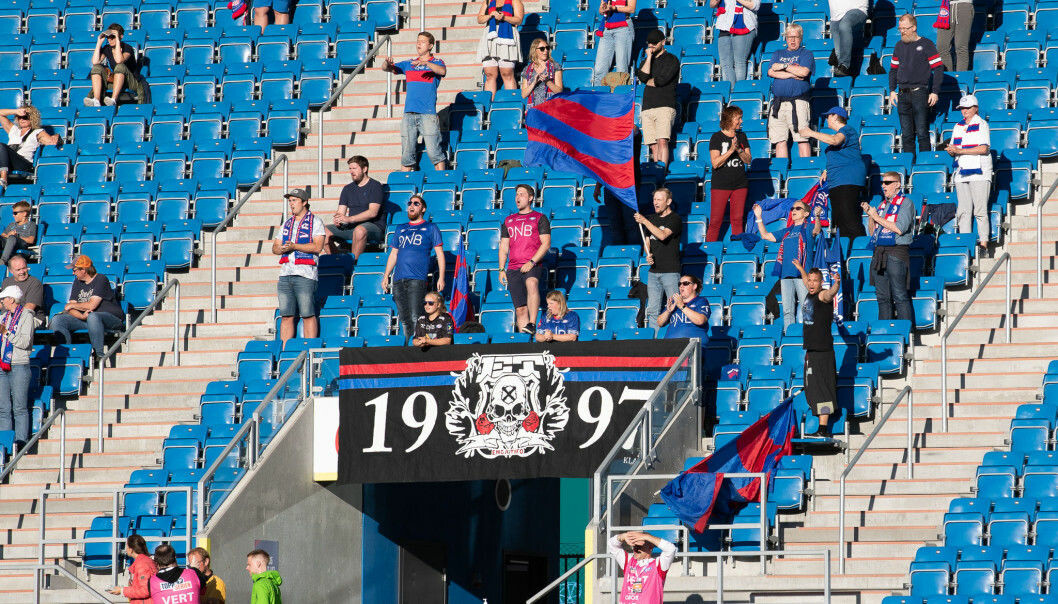 Endelig kan Vålerenga-fansen se fotball live på stadion igjen. Lørdag slippes 50 tilskuere inn på damenes byderby mellom Vålerenga og Lyn.