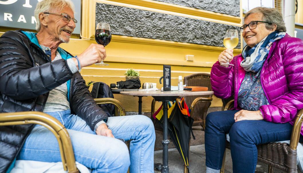 Terje og Jorunn Ulsten nyter hvert sitt glass vin etter en pizza på restaurant Egon i Karl Johans gate i Oslo sentrum. Foto: Håkon Mosvold Larsen / NTB