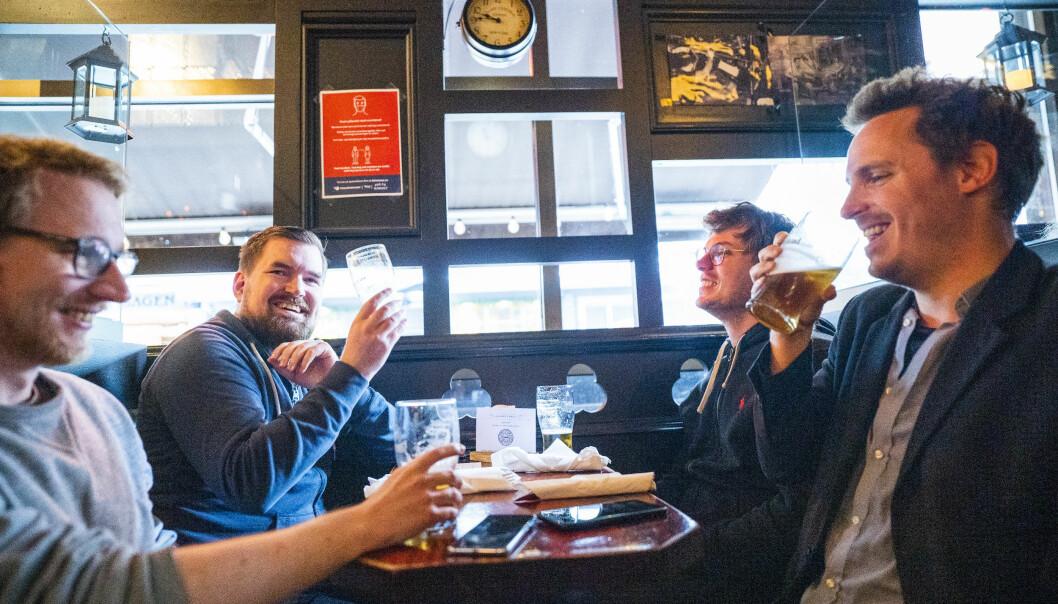 Kompisgjengen kan endelig møtes for en øl på stamstedet Per på Hjørnet igjen. F.v.: Erlend Blakstad, Erik Fossum, Johan Graucob og Truls Kvalvaag.