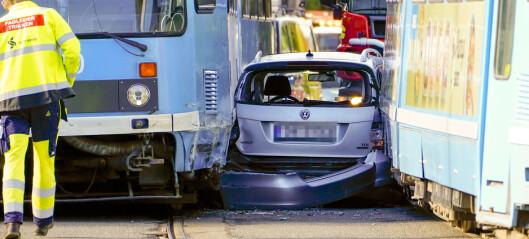 Bil klemt mellom to trikker i Grefsenveien