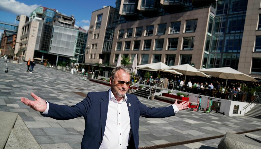 Byrådsleder i Oslo Raymond Johansen er ute og går på Aker Brygge i Oslo. Glad for å se at byen fylles opp med mennesker igjen. Foto: Stian Lysberg Solum / NTB