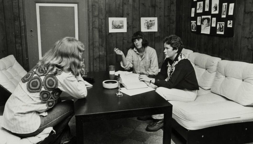 Kvinnehuset. Jus-studentene Jannicke Bain og Inger-Johanne Rystad gir gratis Juridisk Rådgivning for kvinner. Desember 1978