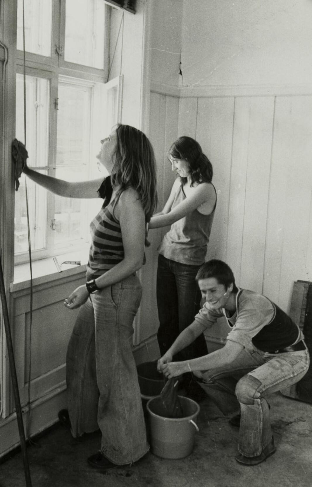 Kvinnehuset. Pia, Lise og Inge stilte til dugnadsinnsats. Juli 1975