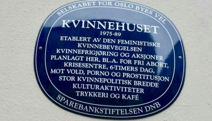 I dag henger et blått skilt fra Oslo byes vel på fasaden.