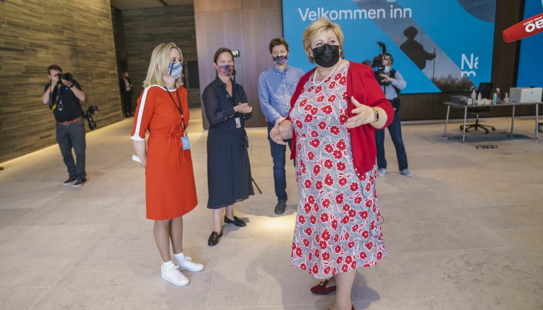 Statsminister Erna Solberg (H) får omvising av direktør i Nasjonalmuseet Karin Hindsbo i det nye Nasjonalmuseet.