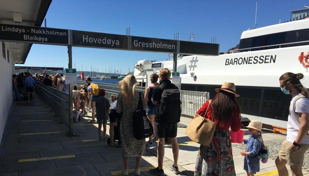 Det er satt grenser for hvor mange som kan være om bord i øybåtene som går fra Rådhusplassen. Dermed oppstår det køer ved kaiene.