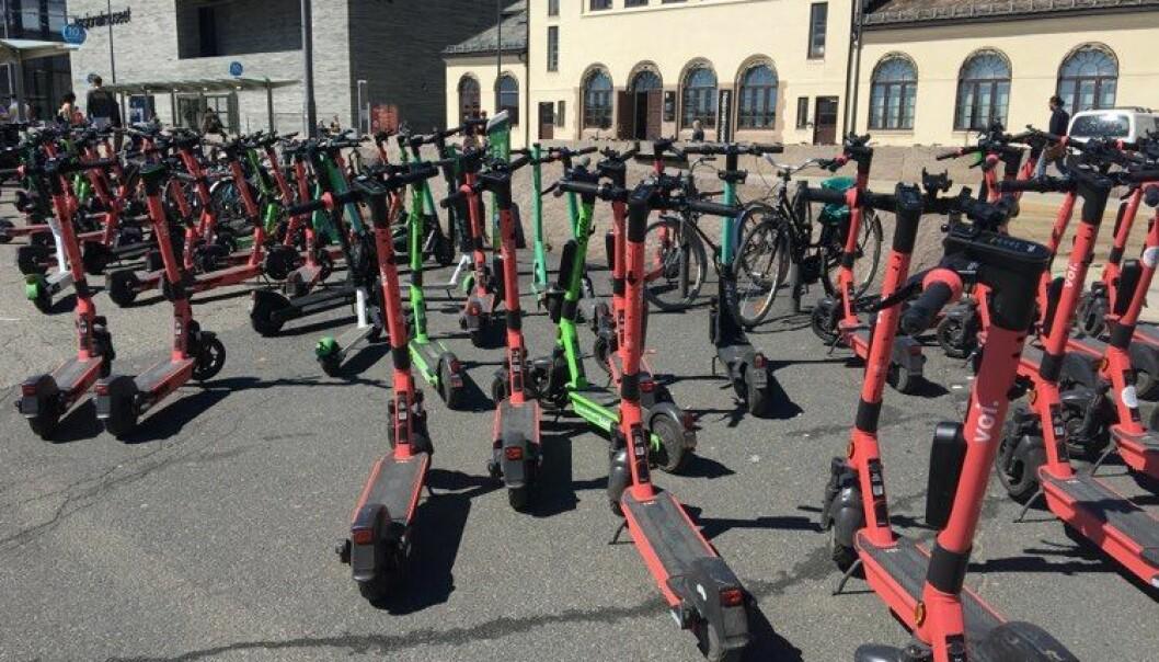 Elsparkesykkelkaos ved trikkeholdeplassen mellom Aker brygge og Rådhusplassen lørdag. Mange tok elsparkesykler til fergene.