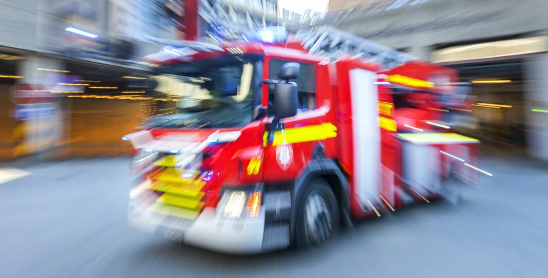 Brannbil under utrykning kan hindres av badegjester som parkerer lite hensynsfullt. Både politi og Bymiljøetaten er nå ved Groruddammen «hvor det er bom stopp», ifølge politiet på Twitter.