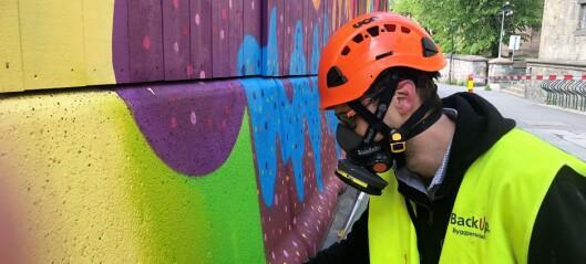 Graffiti pynter opp byggegjerdene rundt regjeringskvartalet. – Vi tror folk trenger og ønsker mer farger i bybildet
