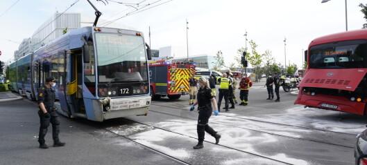 Buss og trikk kolliderte i Bjørvika. Vitner sier trikken kjørte inn i bussen bakfra